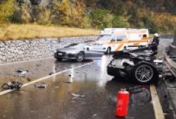 Audi R8 gãy đôi sau cú va chạm với xe van