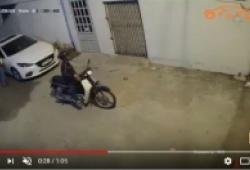 Hai tên trộm vặt gương xe Mazda trong chưa đầy một phút