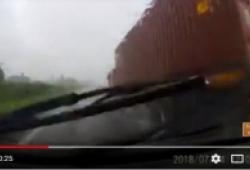 Khoảnh khắc hối hận khi xe con cố vượt container giữa trời mưa