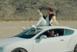 Ngồi trên nóc xe khi đang di chuyển nguy hiểm thế nào?