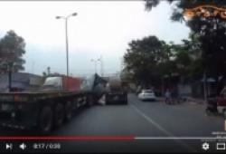 Phanh gấp, cuộn sắt hàng chục tấn đè nát ca-bin xe container