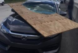 Tấm gỗ cắt đôi kính chắn gió Honda Civic trên cao tốc Mỹ