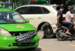 Taxi va chạm với Bentley: Ai đúng?