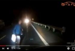 Thình lình băng qua quốc lộ, 2 người dân tộc suýt chết trước mũi ô tô