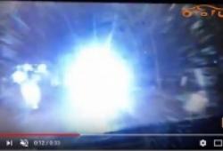 Xe bán tải điên cuồng nháy đèn pha khi đi trong phố