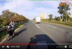 Xe máy 'như tàng hình' lao ngược chiều trên đại lộ Thăng Long