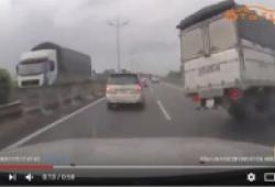 Xe tải nổ lốp lật ngang trên cao tốc Trung Lương